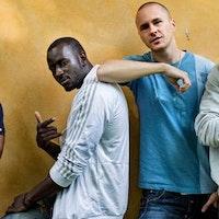 Pa Modou Badjie (vit jacka), Nebeyu Baheru (mörkblå tröja), Njol Badjie (grå tröja), Johan Hirvi (ljusblå t-shirt).