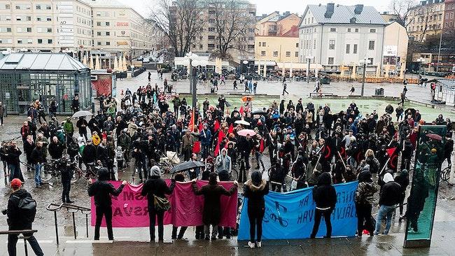 Vänsterorganisationer kallade kallade till demonstration på Medborgarplatsen i Stockholm på måndagskvällen, med anledning av rättegången mot den person som anklagas för att ha knivhuggit en nazist under manifestationen i Kärrtorp förra året.