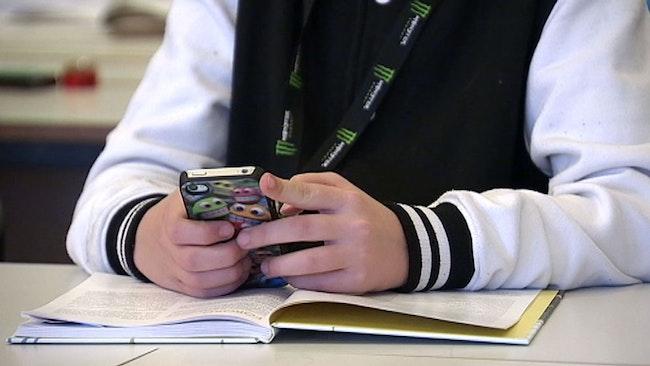 Lärarna måste fånya befogenheter i lagen för att kunna bestämma att man inte får ha med mobiler pålektionerna, säger utbildningsminister Jan Björklund.