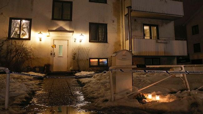 Tända ljus och blommor utanför det hus där en 22-årig kvinna knivdödades i ett bråk på ett HVB-hem i Mölndal för ensamkommande flyktingbarn där hon jobbade.
