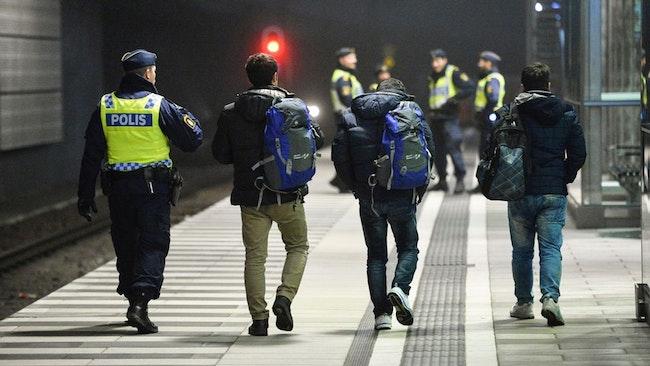 Polisen har lämnat förslag till regeringen om hur fler personer som fått avslag på sin asylansökan ska utvisas från Sverige. Arkivbild.