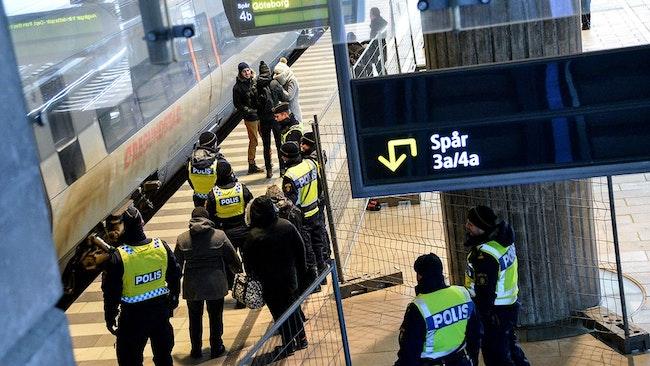 Tullverket går ibland ombord på tågen i samband med polisens inre gränskontroll. Flera personer har riktat klagomål mot myndighetens arbete.