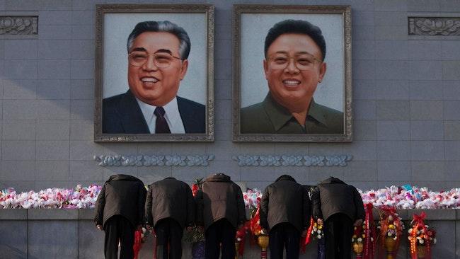 Nordkoreaner bugar för porträtt av Kim Jong Il och Kim Il Sung.