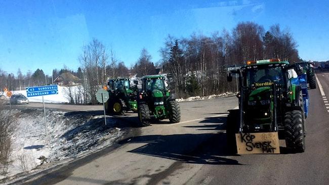 E4an mellan Sundsvall och Härnösand. Traktorer ansluter till Landsbygdsupproret på långfredagen.