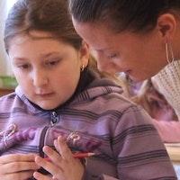Dori Ilies bor i husvagn och säljer de hemlösas tidning, men nu har dottern Rebecka rätt till skola i Göteborg. – Det betyder att hon kan bli något, säger Dori.