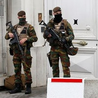 Belgisk säkerhetspolis utanför premiärministerns bostad efter terrorgripandet.