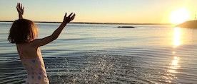 flicka badar i solen