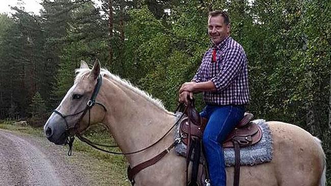 Westernryttaren Anders Hermann från Ölme blev dagens hjälte när han lyckades ringa in de sju förrymda och förvildade kor som orsakat trafikstörningar och skrämt motionärer i Karlstad under sensommaren.