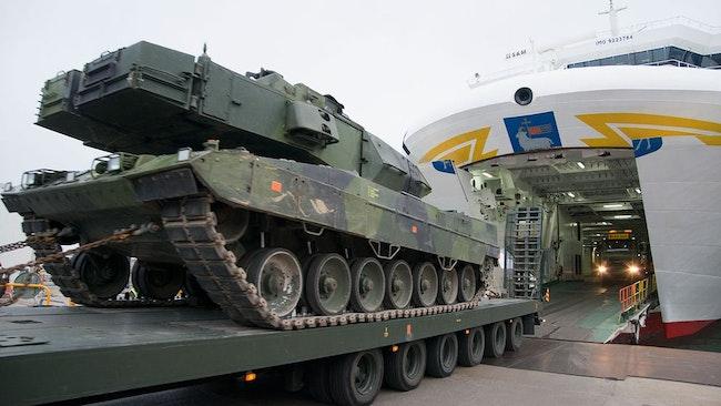 En av åtta överblivna Leopard-stridsvagnar lastas av i Visby hamn för att ställas i ett förråd.
