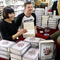 """Sara Bergmark Elfgren och Mats Strandberg signerar boken """"Nyckeln"""", den sista delen i trilogin om Engelsfors."""