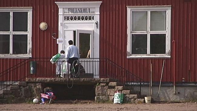 Personer framför ingången till Graninge