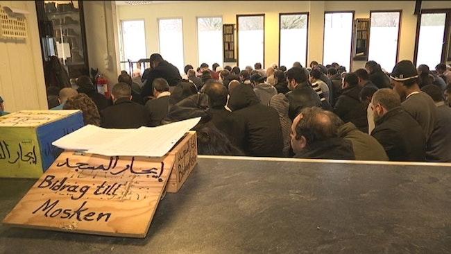 Karlstads muslimer i en tillfällig lokal, där de knappt får plats