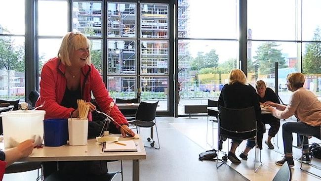 Annica Saarikoski, förskollärare i Åmål, laddar katapulten.
