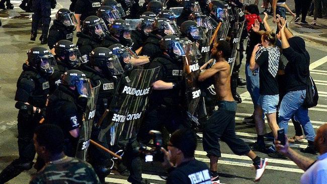 Polisen försöker förhindra en tredje natt av våldsamma protester i Charlotte.