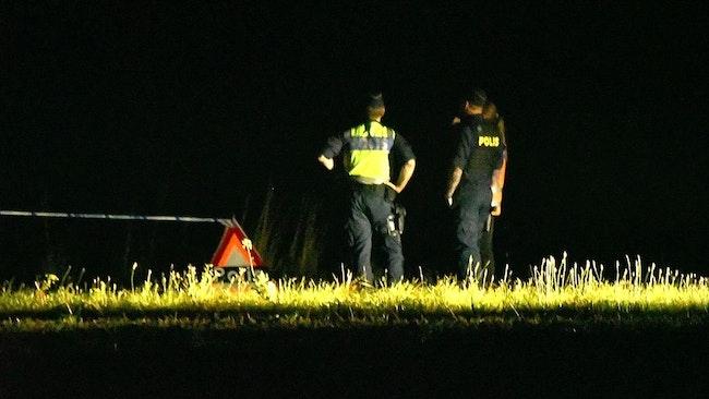 Polisen på plats vid den vägkant utanför Helsingborg där privatpersoner hittat en död kropp under tisdagskvällen.