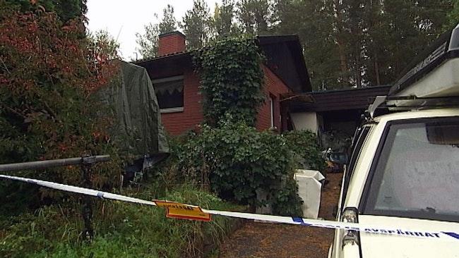 Bråte och extremt mycket prylar försvårar polisens jakt på vapen och ammunition i ett hus i Falun.