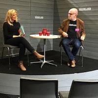 Cicci Hallström frågas ut av moderatorn Sven Årnes på bokmässan.