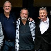 Terry Jones, längst till höger på bilden, är mest känd som en av medlemmarna i Monty Python tillsammans med John Cleese, Terry Gilliam, Eric Idle, Michael Palin och Graham Chapman - som gick bort 1989 och därför inte är med på bilden.