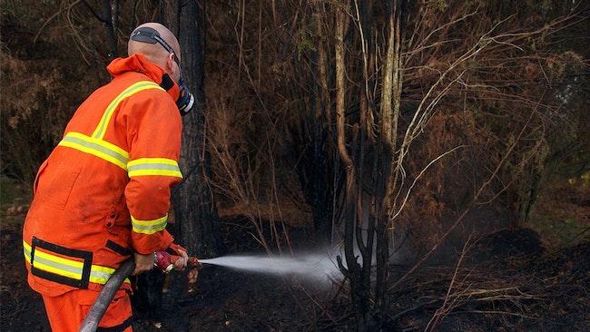 Räddningstjänsten bekämpar brand på Hasslö