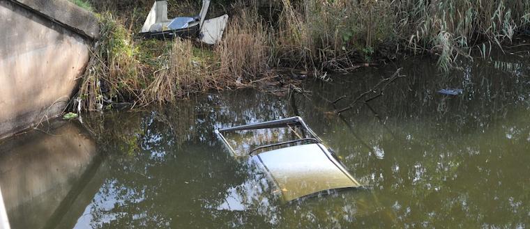 Bil ligger i vattnet