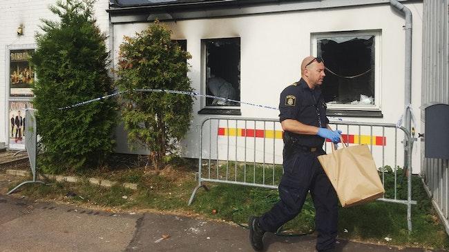 Polisens tekniker undersöker misstänkt anlagd brand