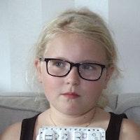 9-åriga Bianca Terzi fick glasögon efter intensivt skärmanvändande.