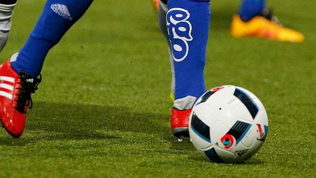 Två ben och en fotboll.