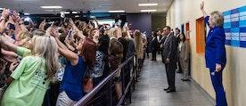 Clinton-anhängare tar mass-selfie med presidentkandidaten.