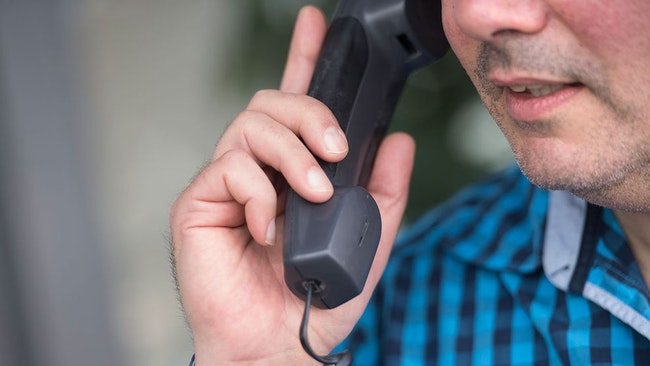 man pratar i telefon