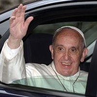Påve Franciskus vinkar från en bil