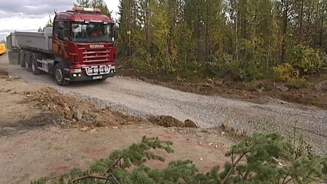 Lastbil kör på grusväg i Kallak