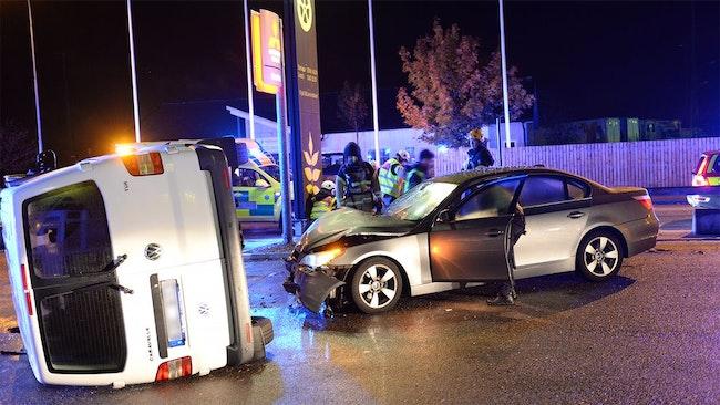 Trafikolycka. En skåpbil ligger på sidan bredvid den krockade bilen