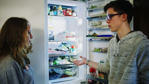REA-reportern Selma och Eje framför ett öppet kylskåp.