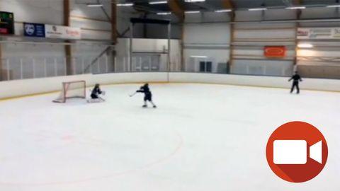 Lukas på hockeyträning