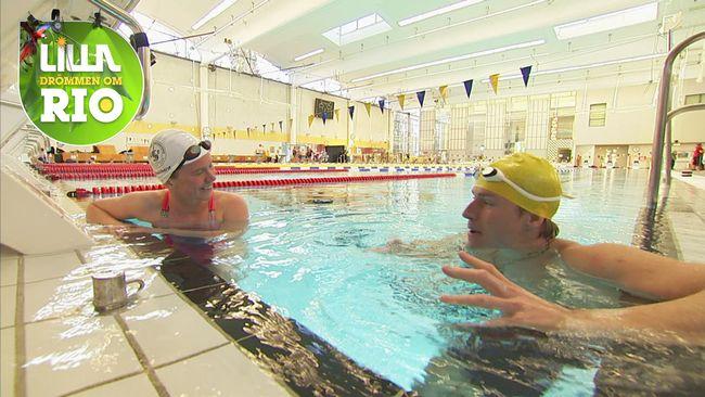 Maja Reichard i bassängen med Aron Anderson.