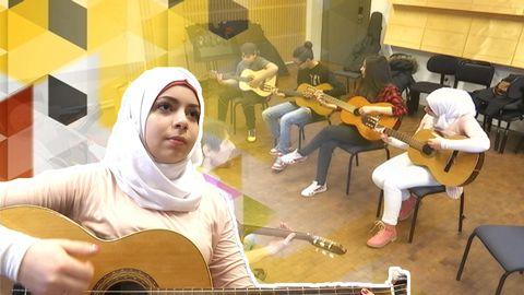 Ny i Sverige – nu lär Batol sig spela gitarr