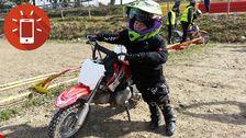 Vilde kör motocross.