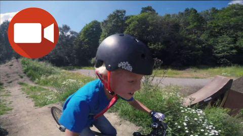 Simon Svartengren, 8, är ute och cyklar med kompisar i dirt-parken i Varberga i Örebro