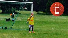Rut Nordström, 9, står i mål i en fotbollsmatch.