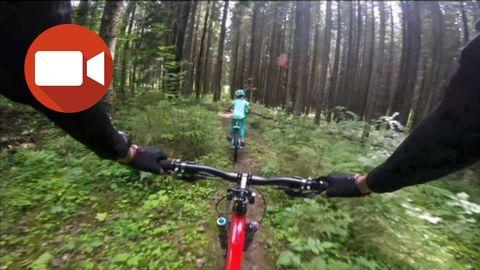 Matilda, 5, cyklar mountainbike med familjen