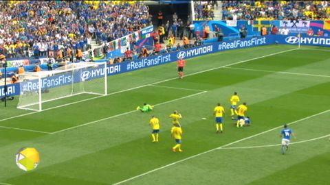 Italien gör 1-0 på Sverige.