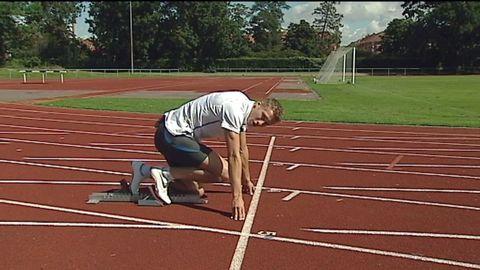 Petter Olsson visar hur man springer 100 meter.