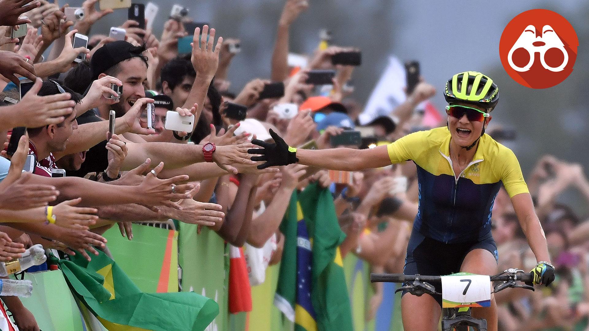 Rissveds gör high five med publiken på upploppet.