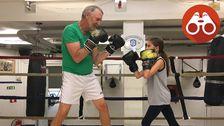 Lennart, 71, och Moa, 11 år, tränar tillsammans i Narva Boxningsklubb sommarboxningsskola.