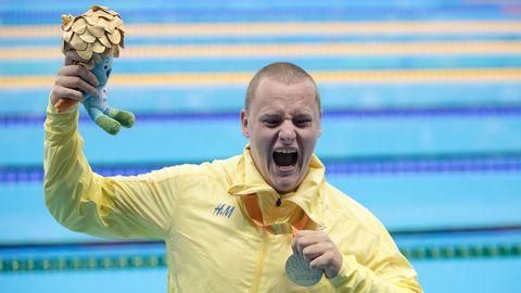 Karl Forsman jublar med medaljen