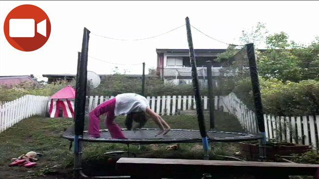 Natalia Joanna tränar gymnastik på studsmattan.