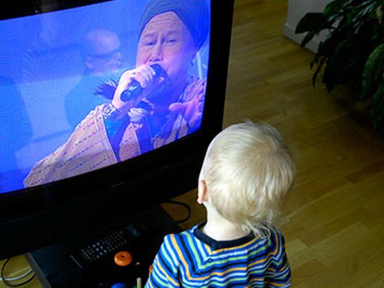 Barn tittar på musik-tv