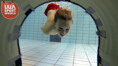 Sixten simmar mot en tunnel