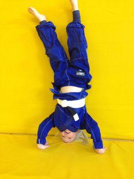 """Signe Storm, 5 år: """"Här är jag när jag övar att stå på händer. Jag tränar brasiliansk jiujitsu och då måste man kunna vara snabb, stark och smart."""""""