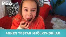 Agnes testar mjölkchoklad